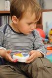 Bambino con il giocattolo in mani Immagini Stock