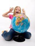 Bambino con il globo Immagini Stock