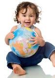 Bambino con il globo di puzzle. Immagini Stock