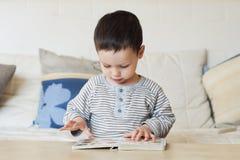 Bambino con il libro Fotografie Stock
