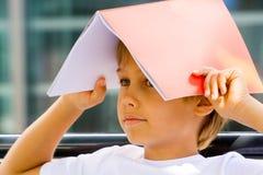 Bambino con il libro sulla sua testa Immagine Stock Libera da Diritti