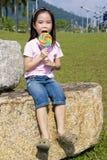 Bambino con il Lollipop al campo da giuoco Immagine Stock Libera da Diritti