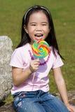 Bambino con il Lollipop al campo da giuoco Fotografie Stock Libere da Diritti