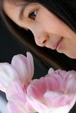 Bambino con il mazzo dei tulipani Immagine Stock