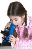 Bambino con il microscopio Immagine Stock