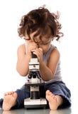 Bambino con il microscopio. Fotografia Stock