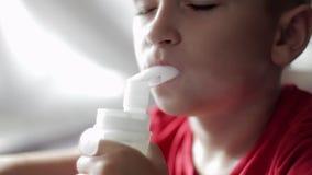 Bambino con il nebulizzatore video d archivio