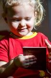 Bambino con il passaporto russo immagini stock