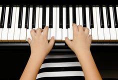Bambino con il piano Fotografia Stock