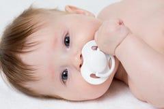 Bambino con il primo piano della tettarella fotografia stock