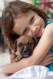 Bambino con il pup Fotografia Stock Libera da Diritti