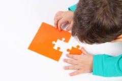 Bambino con il puzzle Fotografie Stock
