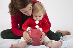 Bambino con il regalo di Natale di apertura della madre Fotografie Stock Libere da Diritti
