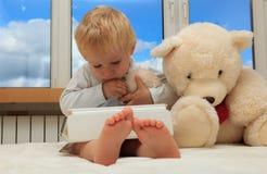 Bambino con il rilievo di tocco immagine stock libera da diritti