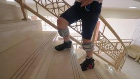 Bambino con il sistema del piede cadente che cammina di sopra archivi video