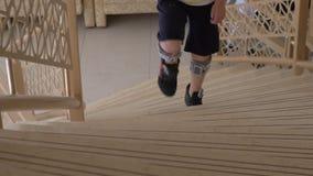Bambino con il sistema del piede cadente che cammina di sopra Terapia di FES video d archivio