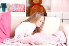 Bambino con il stomaco-dolore Fotografie Stock