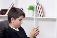 Bambino con il telefono cellulare Immagine Stock Libera da Diritti