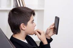 Bambino con il telefono cellulare Immagine Stock