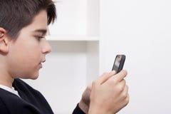 Bambino con il telefono cellulare Fotografia Stock Libera da Diritti