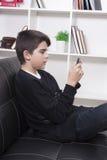 Bambino con il telefono cellulare Fotografia Stock