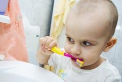 Bambino con il toothbrush Immagini Stock