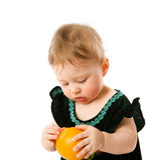 Bambino con l'arancio Fotografie Stock
