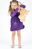 Bambino con l'orso di orsacchiotto fotografie stock