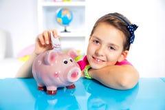 Bambino con la banca piggy Fotografia Stock Libera da Diritti