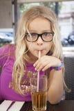 Bambino con la bevanda e la paglia Fotografia Stock