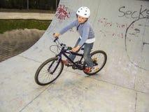 Bambino con la bici nel mezzo tubo Fotografia Stock Libera da Diritti