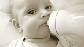 Bambino con la bottiglia Fotografie Stock Libere da Diritti