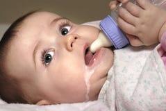 Bambino con la bottiglia Fotografia Stock