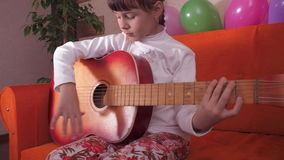 Bambino con la chitarra stock footage