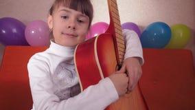 Bambino con la chitarra video d archivio