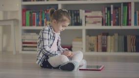Bambino con la compressa sul pavimento archivi video