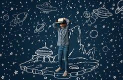 Bambino con la cuffia avricolare di realt? virtuale fotografia stock