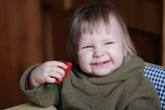 Bambino con la fragola fotografia stock libera da diritti