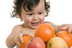 Bambino con la frutta. Fotografie Stock