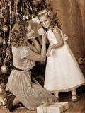 Bambino con la madre che riceve i regali nell'ambito del Natale Fotografie Stock Libere da Diritti
