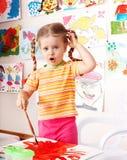 Bambino con la maschera e spazzola nella stanza del gioco. Fotografie Stock