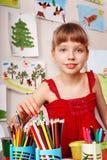Bambino con la matita di colore nella stanza del gioco. Immagini Stock Libere da Diritti