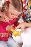Bambino con la matita di colore nella stanza del gioco. fotografia stock