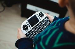 Bambino con la mini tastiera Fotografie Stock Libere da Diritti