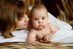 Bambino con la mummia fotografie stock libere da diritti