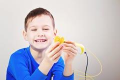 Bambino con la penna di stampa 3D Creativo, tecnologia, svago, concetto di istruzione Immagini Stock Libere da Diritti