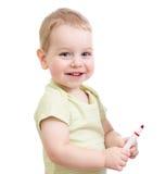 Bambino con la penna rossa di punta isolata Immagine Stock