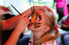 Bambino con la pittura del fronte della tigre Fotografia Stock Libera da Diritti