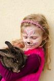 Bambino con la pittura del fronte ed animale del coniglio Fotografie Stock