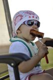 Bambino con la salsiccia cotta Fotografie Stock Libere da Diritti